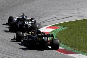 Daniil Kvyat, AlphaTauri AT01, leads Esteban Ocon, Renault F1 Team R.S.20