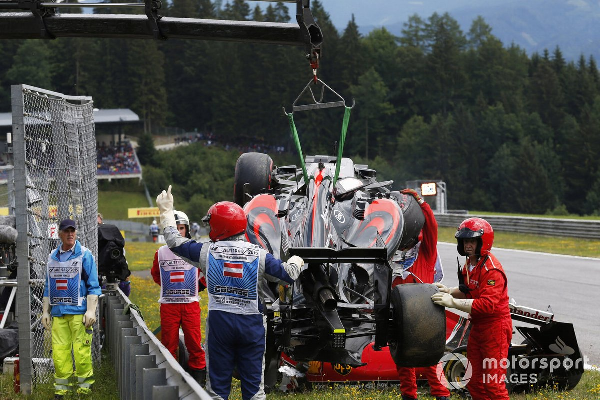 Los comisarios retiran los coches de Fernando Alonso, McLaren MP4-30 Honda y Kimi Raikkonen, Ferrari SF-15T, tras su accidente