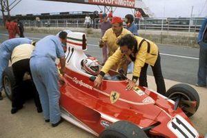 Mauro Forghieri aide les mécaniciens Ferrari à préparer Clay Regazzoni's Ferrari 312T
