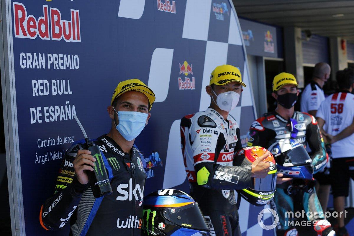 Ganador de la pole Tatsuki Suzuki, SIC58 Squadra Corse, segundo Andrea Migno, Sky Racing Team VR46, tercero John McPhee, SIC Racing Team