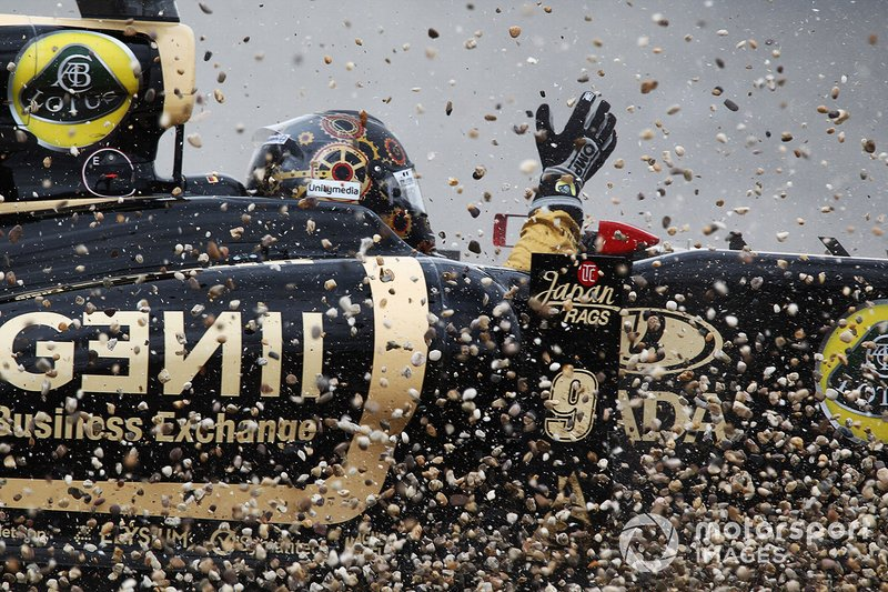 Nick Heidfeld, Lotus Renault GP R31 crashed out of the race after contact with Sebastien Buemi, Scuderia Toro Rosso STR6