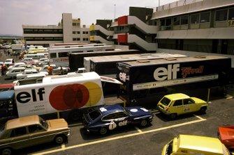 Los transportes de Tyrrell están situados en la parte delantera del paddock