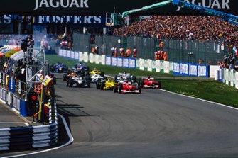 Михаэль Шумахер, Ferrari F1-2000, и Рубенс Баррикелло, Ferrari F1-2000 лидируют на старте гонки