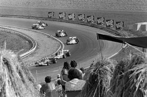 Clay Regazzoni, Ferrari 312B2 precede Denny Hulme, McLaren M19C Ford e Carlos Reutemann, Brabham BT37 Ford