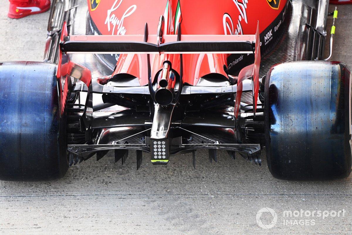 Escape y detalle de la suspensión del coche de Charles Leclerc Ferrari SF1000