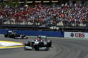 Michael Schumacher, Mercedes AMG F1 W03 precede Bruno Senna, Williams FW34