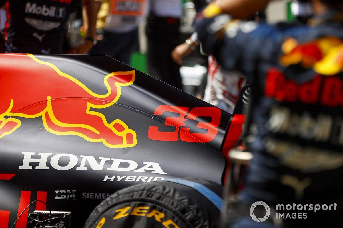 El monoplaza de Max Verstappen, Red Bull Racing RB16, en la parrilla