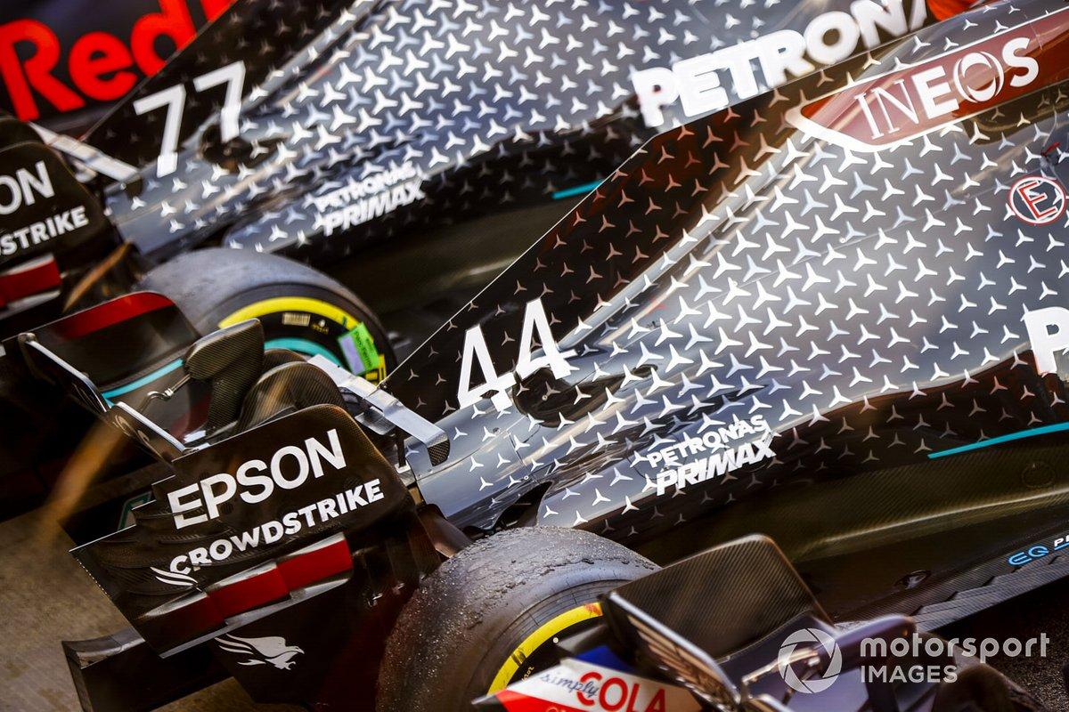 Машины Льюиса Хэмилтона и Валттери Боттаса в закрытом парке после финиша