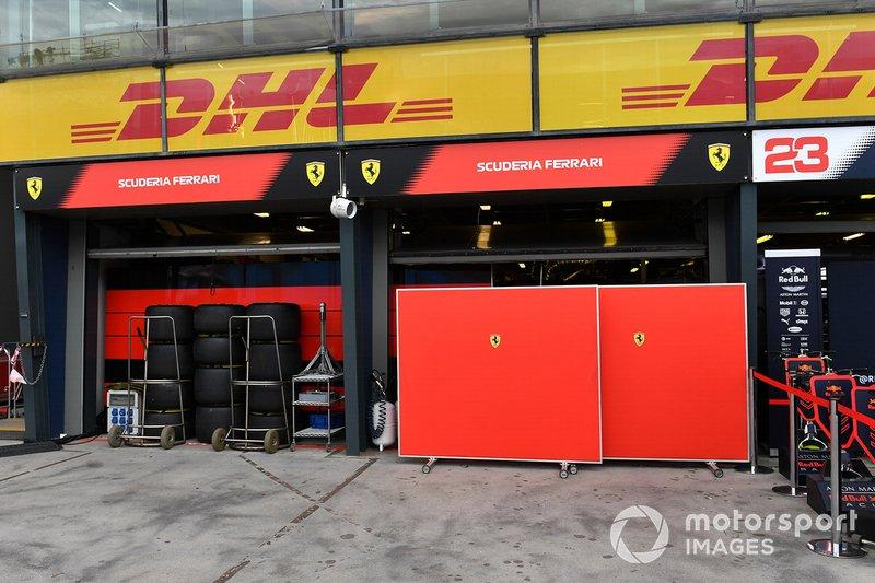 Pannelli fuori dal garage Ferrari