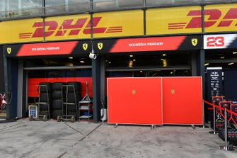 Schermen bij de Ferrari garage