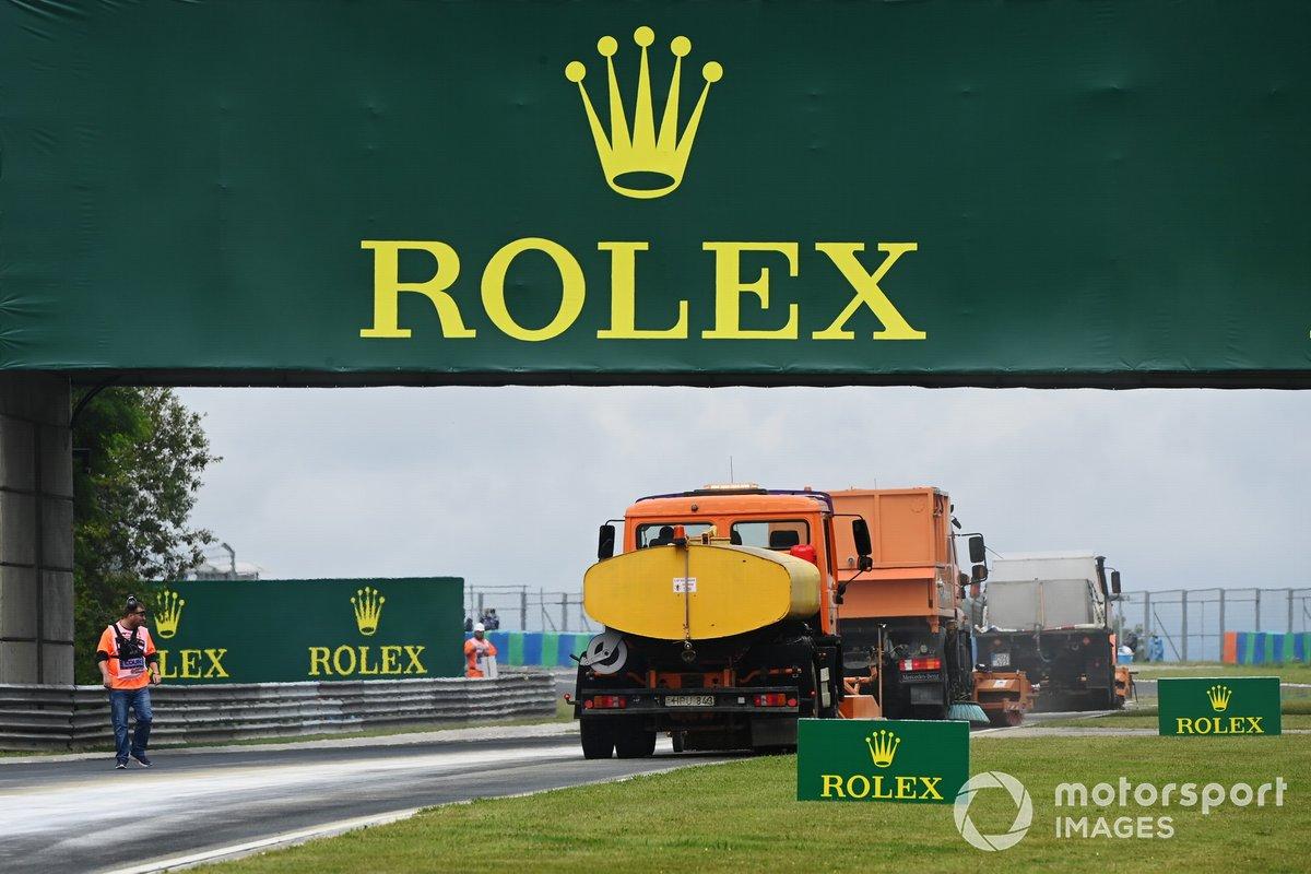 Camiones limpian la pista del Hungaroring