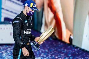 Stoffel Vandoorne, Mercedes Benz EQ, con su trofeo de campeonato en segundo lugar