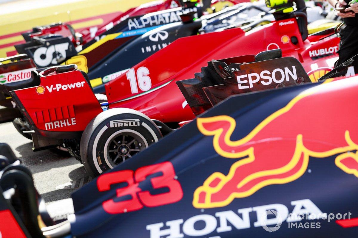 Los monoplazas de Max Verstappen, Red Bull Racing RB16 y Charles Leclerc, Ferrari SF1000 en Parc Ferme