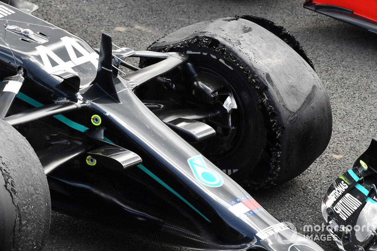 La gomma forata di Lewis Hamilton, Mercedes F1 W11, primo posto, nel parc ferme