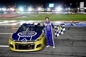 Race winner Chase Elliott, Hendrick Motorsports Chevrolet Kelley Blue Book celebrates
