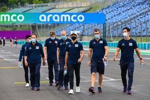 Pierre Gasly, AlphaTauri, cammina in pista con i membri del team
