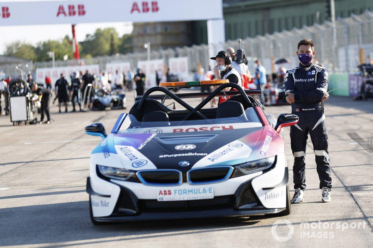 Bruno Correia con el auto de seguridad BMW i8