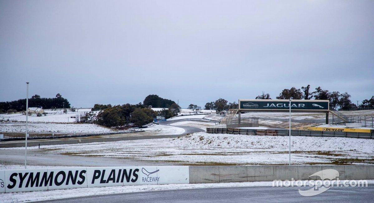 Автодром «Симмонс-Плейнс» в Австралии под снегом
