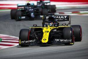 Daniel Ricciardo, Renault F1 Team R.S.20, leads Valtteri Bottas, Mercedes F1 W11 EQ Performance
