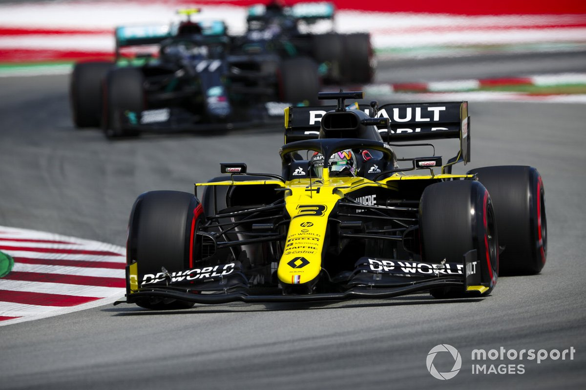 Daniel Ricciardo, Renault F1 Team R.S.20, leads Valtteri Bottas, Mercedes F1 W11 EQ Performance