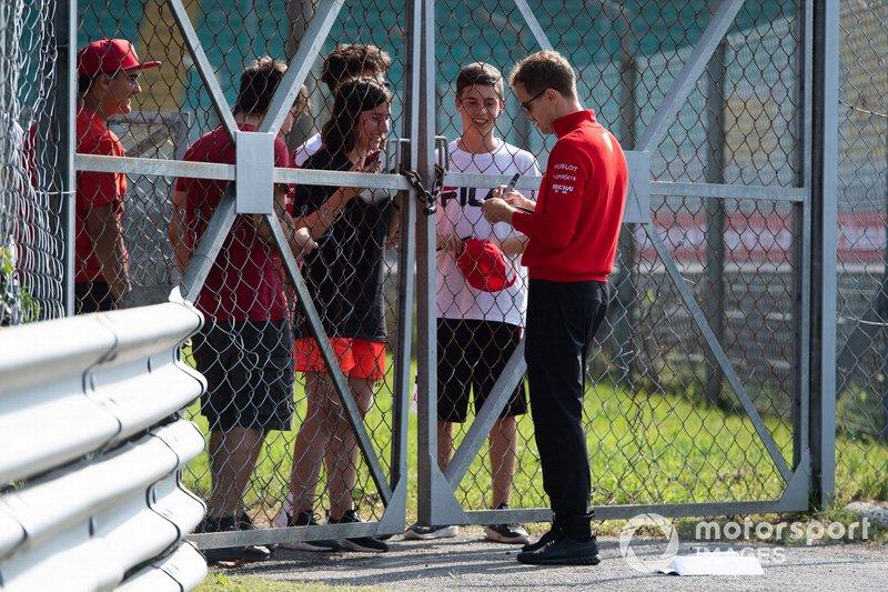 Sebastian Vettel, Ferrari firma una autografo ad un fan