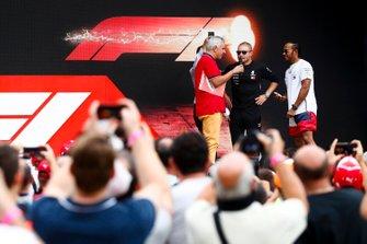 Valtteri Bottas, Mercedes AMG F1 e Lewis Hamilton, Mercedes AMG F1 sul palco nella fan zone