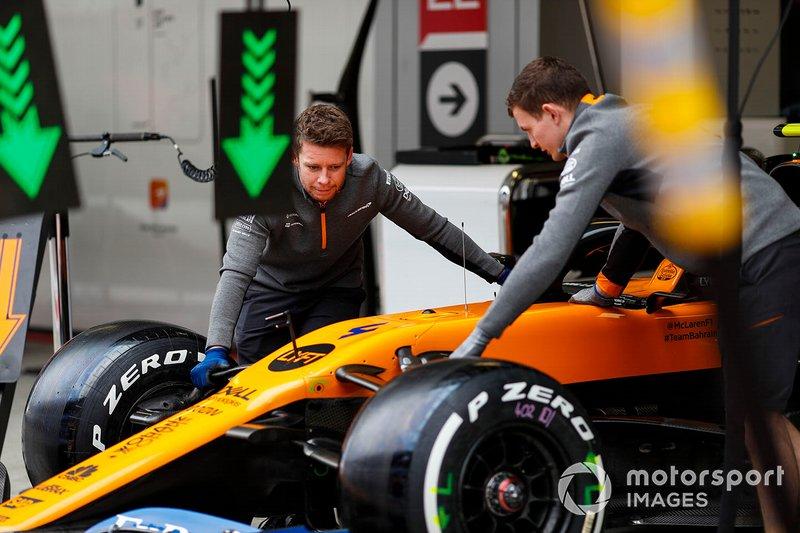 Meccanici della McLaren spingono la McLaren MCL34 di Lando Norris