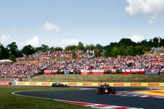 Max Verstappen, Red Bull Racing RB15, precede Lewis Hamilton, Mercedes AMG F1 W10