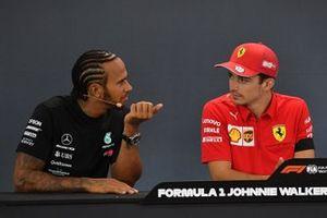 Lewis Hamilton, Mercedes AMG F1, 2ª posición, y Charles Leclerc, Ferrari, 1ª posición, en la rueda de prensa