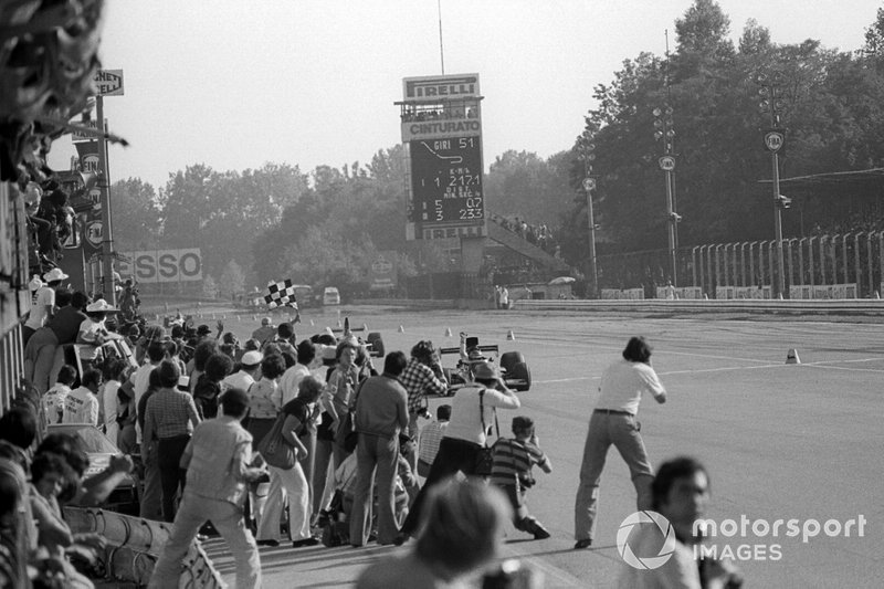 Race winner Ronnie Peterson, Lotus 72E