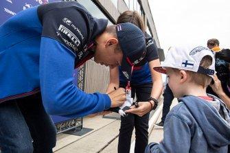 Alexander Albon, Toro Rosso, firmando autógrafos