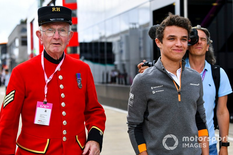 Lando Norris, McLaren in the paddock with a Chelsea Pensioner