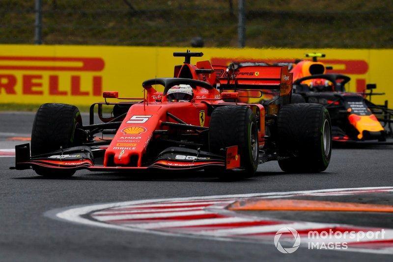 Sebastian Vettel, Ferrari SF90, precede Pierre Gasly, Red Bull Racing RB15