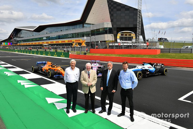 John Grant, presidente del BRDC, Chase Carey, presidente de la Formula 1 y Stuart Pringle, director general de Silverstone con el McLaren MCL34, Racing Point RP19 y Williams Racing FW42