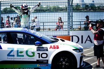Sérgio Jimenez, Jaguar Brazil Racing festeggia la vittoria al parc ferme