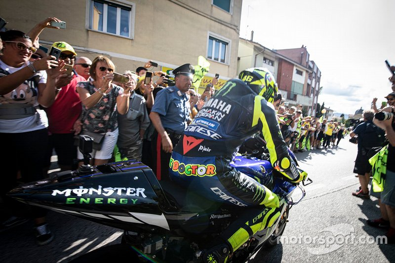 Valentino Rossi, Yamaha Factory Racing en las calles de Tavullia
