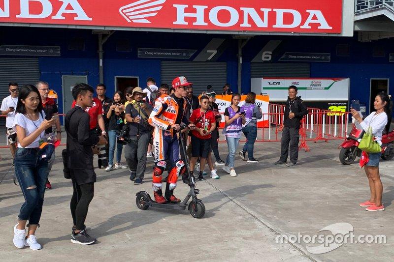 Marc Marquez, Repsol Honda Team en un patinete tras volver del hospital