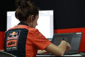 Un membro del team Red Bull KTM Factory team, al lavoro