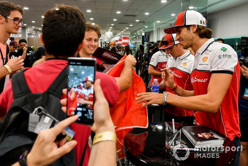 Antonio Giovinazzi, Alfa Romeo Racing e Kimi Raikkonen, Alfa Romeo Racing firma autografi ai fan