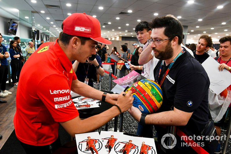 Charles Leclerc, Ferrari, signe des autographes