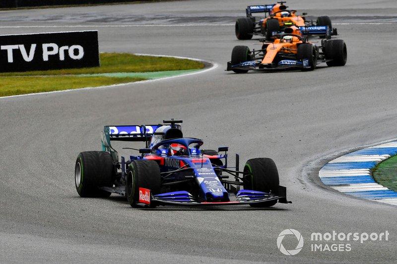 Daniil Kvyat, Toro Rosso STR14, lidera Lando Norris, McLaren MCL34, y Carlos Sainz Jr, McLaren MCL34
