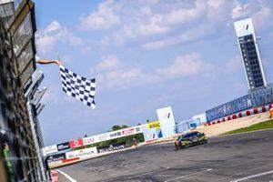Il vincitore #563 Orange 1 FFF Racing Team Lamborghini Huracan GT3 Evo: Andrea Caldarelli, Marco Mapelli