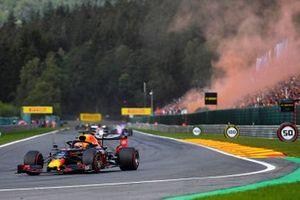 Max Verstappen, Red Bull Racing RB15, Kimi Raikkonen, Alfa Romeo Racing C38, en la vuelta de formación