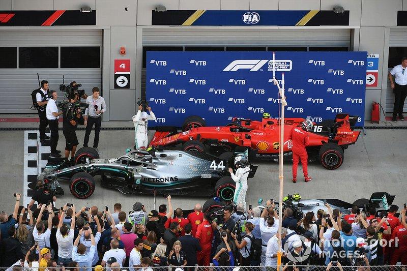 Ganador de la carrera Lewis Hamilton, Mercedes AMG F1 W10, celebra en Parc Ferme con Valtteri Bottas, Mercedes AMG F1 segundo lugar