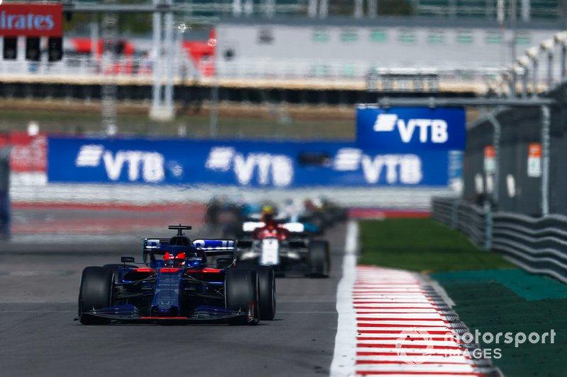 Daniil Kvyat, Toro Rosso STR14, precede Kimi Raikkonen, Alfa Romeo Racing C38
