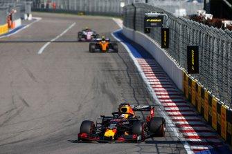 Max Verstappen, Red Bull Racing RB15, voor Lando Norris, McLaren MCL34