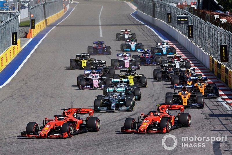Sebastian Vettel, Ferrari SF90, precede Charles Leclerc, Ferrari SF90, Lewis Hamilton, Mercedes AMG F1 W10, Carlos Sainz Jr., McLaren MCL34, Valtteri Bottas, Mercedes AMG W10, Lando Norris, McLaren MCL34, e il resto delle auto all'inizio della gara