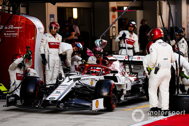 Kimi Raikkonen, Alfa Romeo Racing C38, pit stop