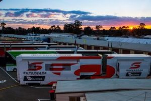 Supercars-Fahrerlager bei Sonnenaufgang