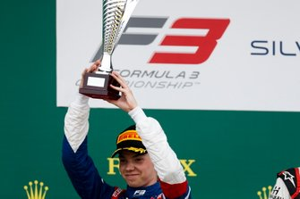 Robert Shwartzman, PREMA Racing on the podium with the trophy